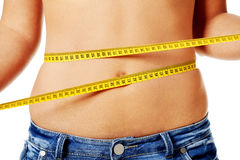 Mujeres que miden su vientre. Imagen de archivo libre de regalías