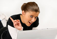 Mujeres que mienten con la computadora portátil Imágenes de archivo libres de regalías