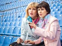 Mujeres que miran la competición o el concierto Fotografía de archivo