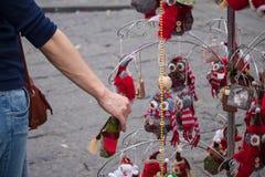 Mujeres que miran y que compran el juguete de la Navidad en el escaparate fotografía de archivo libre de regalías