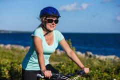 Mujeres que montan la bicicleta imagenes de archivo