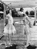 Mujeres que muerden manzanas en secuencias en Halloween (todas las personas representadas no son vivas más largo y ningún estado  Fotos de archivo libres de regalías