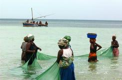 Mujeres que pescan en mosambique Imagen de archivo libre de regalías