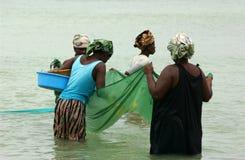 Mujeres que pescan en mosambique Imágenes de archivo libres de regalías