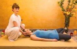 Mujeres que practican ejercicio físico de la energía Imagen de archivo