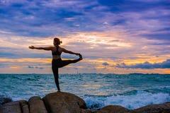 Mujeres que practican yoga Imágenes de archivo libres de regalías
