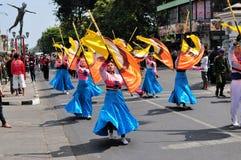 Mujeres que presentan las banderas, festival de la ciudad de Yogyakarta Fotografía de archivo