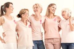 Mujeres que promueven la prevención del cáncer de pecho imágenes de archivo libres de regalías