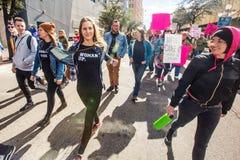 Mujeres que protestan en la calle en Tucson Fotos de archivo libres de regalías