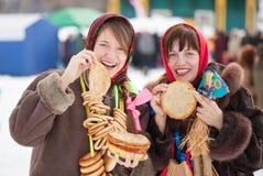 Mujeres que prueban la crepe durante Shrovetide foto de archivo libre de regalías