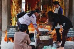 Mujeres que ruegan en Angkor Wat Temple Fotos de archivo