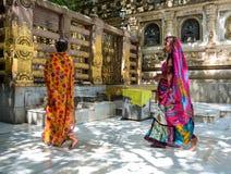 Mujeres que ruegan en el templo budista en Gaya, la India Foto de archivo libre de regalías