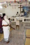 Mujeres que ruegan en la iglesia protestante Fotografía de archivo