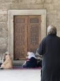 Mujeres que ruegan en la mezquita azul Foto de archivo libre de regalías