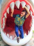 Mujeres que se colocan en quijadas del tiburón Imagenes de archivo