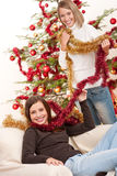 Mujeres que se divierten con la decoración de la Navidad Imagen de archivo libre de regalías