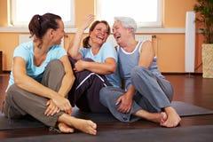 Mujeres que se divierten en gimnasia Foto de archivo libre de regalías
