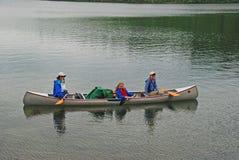 Mujeres que se divierten en país de la canoa foto de archivo libre de regalías