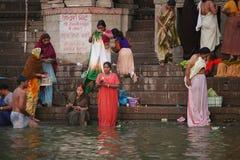Mujeres que se lavan antes de vanarasi del río de ganges Foto de archivo