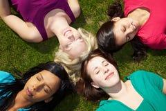 Mujeres que se reclinan en un parque Fotografía de archivo