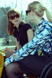 Mujeres que se relajan en un parque Imágenes de archivo libres de regalías