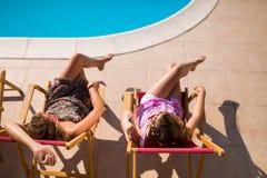 Mujeres que se relajan y que toman el sol en verano Fotografía de archivo libre de regalías