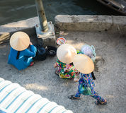 Mujeres que se sientan en el mercado en Soc Trang, Vietnam Imagen de archivo libre de regalías