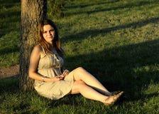 Mujeres que se sientan en el parque Fotos de archivo libres de regalías