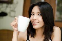 Mujeres que sostienen un café de la taza Imagen de archivo libre de regalías