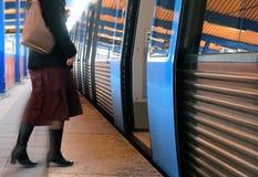 Mujeres que suben a un tren fotografía de archivo