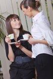 Mujeres que toman el descanso para tomar café fotografía de archivo libre de regalías
