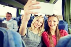 Mujeres que toman el selfie por smartphone en autobús del viaje Fotografía de archivo