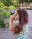 Mujeres que toman imágenes Fotos de archivo libres de regalías