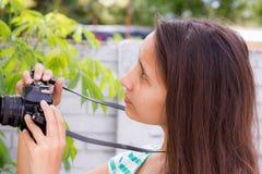 Mujeres que toman imágenes de la cámara retra en la naturaleza Imagen de archivo libre de regalías