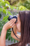 Mujeres que toman imágenes en el jardín Foto de archivo libre de regalías