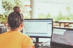 Mujeres que trabajan con el ordenador para el diseño y que cifran programa fotos de archivo