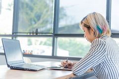 Mujeres que trabajan con el ordenador para el diseño y que cifran programa fotos de archivo libres de regalías