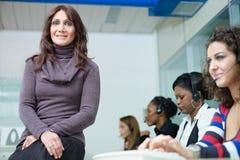 Mujeres que trabajan en centro de atención telefónica Fotografía de archivo libre de regalías