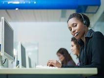 Mujeres que trabajan en centro de atención telefónica Fotos de archivo libres de regalías
