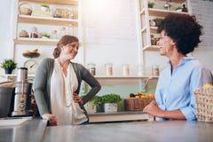 Mujeres que trabajan en el bar de zumos imagen de archivo libre de regalías