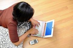 Mujeres que trabajan en el cuaderno Imagen de archivo libre de regalías