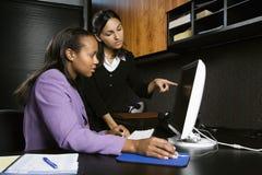 Mujeres que trabajan en oficina Imágenes de archivo libres de regalías