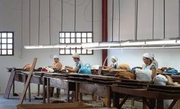 Mujeres que trabajan en una fábrica del cigarro Foto de archivo