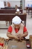 Mujeres que trabajan en una fábrica del cigarro Fotografía de archivo