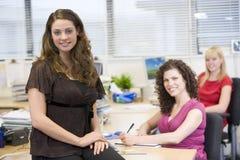 Mujeres que trabajan feliz en una oficina Imagenes de archivo