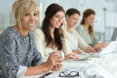 Mujeres que trabajan junto en oficina Imagen de archivo