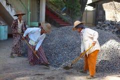 Mujeres que traspalan la arena, mujeres que trabajan en la construcción en Myanmar Foto de archivo libre de regalías