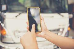 Mujeres que usan el móvil en hogar Fotografía de archivo