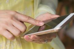 Mujeres que usan el teléfono elegante móvil al aire libre Imagen de archivo libre de regalías