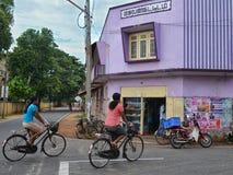 Mujeres que van a trabajar en la bicicleta Imágenes de archivo libres de regalías